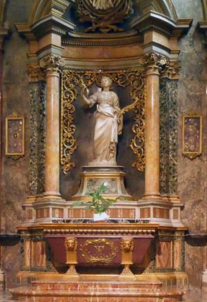 Vista del altar-sepulcro de la Santa en la cripta de la catedral de Rieti, Italia.