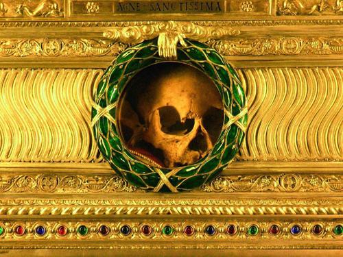 Detalle del cráneo de Santa Inés. La inscripción del relicario dice: AGNE SANCTISSIMA (Santísima Inés). Iglesia de Sant'Agnese In Agone, Roma (Italia).