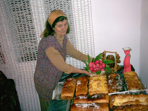 Los dulces pascuales de la tradición ortodoxa: huevos rojos, cozonacul y pasteles de Pascua.