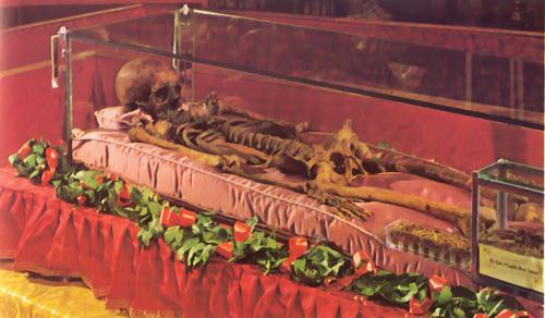 Esqueleto del Santo expuesto a la veneración. Basílica del Santo en Padua, Italia.