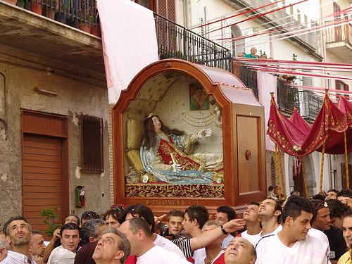 Las reliquias de la Santa sacadas en procesión con ocasión de su festividad (11 de agosto). Mugnano del Cardenal (Italia).