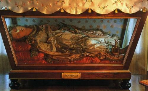 Vista de la urna con la figura de cera que contiene los restos de Santa Justina, mártir de las catacumbas. Convento de las Trinitarias de Cappadocia, L'Aquila, (Italia).