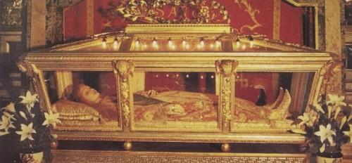 Vista de la urna con el cuerpo de cera que contiene las reliquias de Santa Jucundia, mártir de las catacumbas, en Rimella (Italia).
