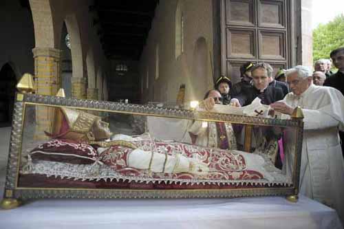 El papa emérito Benedicto XVI venera las reliquias de su Santo predecesor, Celestino V.