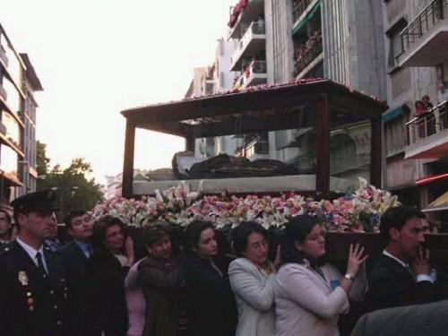 Mujeres sevillanas llevan las reliquias de la Santa en procesión por las calles de la ciudad.