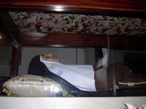 Detalle de la figura de cera que contiene los restos de la Santa.