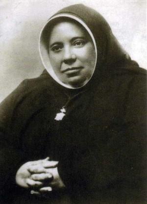 Fotografía de Santa Genoveva Torres Morales revestida con el hábito de su fundación.