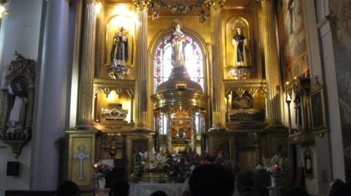 Vista del altar de la Basílica de Nuestra Señora del Rosario, Lima (Perú) con las imágenes y reliquias de Santa Rosa (centro), San Martín de Porres (izqda.) y San Juan Macías (dcha.)