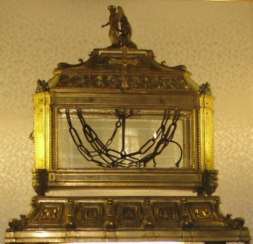 Vista de la urna que contiene las cadenas de San Pedro, expuestas a su veneración. Basílica de San Pietro In Vincola, Roma (Italia).