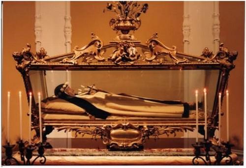 Vista de la urna que contiene el cuerpo incorrupto de la Santa. Monasterio carmelita de Florencia, Italia.