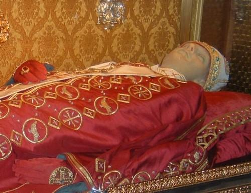 Cuerpo del Papa San Gregorio VII en Salerno. El monje Hildebrando de Cluny una vez elevado al papado emprendió una reforma profunda de la Iglesia. Murió en Salerno, exiliado de Roma. La frase grabada delante de su sepulcro es la que pronunció antes de morir: «He amado la justicia y odiado la iniquidad; por ello muero en el destierro».