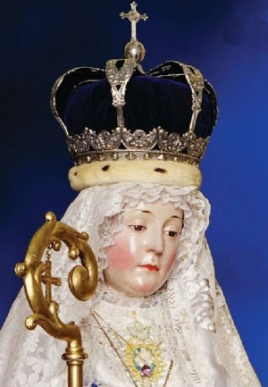 Acercamiento a la imagen de Nuestra Señora, de las pocas fotografías donde no aparece con el Niño.
