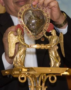 Detalle del relicario con el corazón incorrupto del Santo, durante una visita a Brasil.