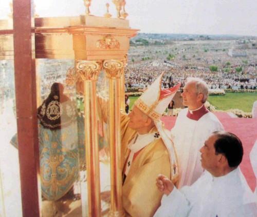 El papa San Juan Pablo II corona la imagen.