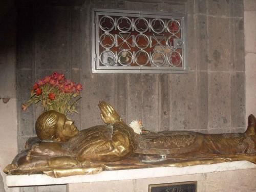 Vista de la urna con los restos del Santo e imagen yacente de bronce. Parroquia de Nuestra Señora del Rosario de Guadalajara, México.