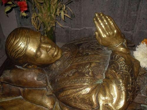 Detalle de la imagen yacente de bronce que hay bajo su sepulcro. Parroquia de Nuestra Señora del Rosario, Guadalajara (México).