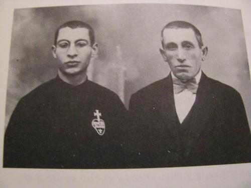 Fotografía del Beato, acompañado de su padre, el día que cantó misa.