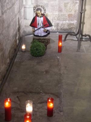 Vista del sepulcro del Santo en un extremo de su capilla en la iglesia de Santa Maria del Pi, Barcelona (España).