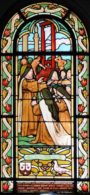 Vidriera del martirio de las Beatas Carmelitas de Compiègne, donde se aprecia la guillotina, elevada y pintada de rojo, al fondo. Iglesia de Saint-Honoré-Eylau, París (Francia).