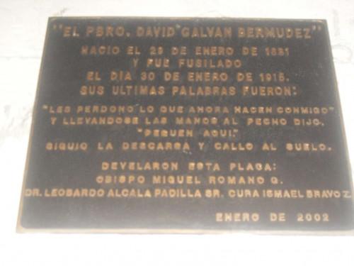 Placa conmemorativa en el lugar donde el Santo fue fusilado.