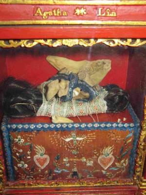 Vista del cofre que contiene las reliquias de la Santa: huesos y cabellos. Casa-Museo de la Venerable Pauline Jaricot, Lyon (Francia)