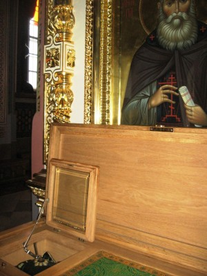 Vista del ataúd con el cuerpo del Santo. Monasterio de Valaam, Finlandia.