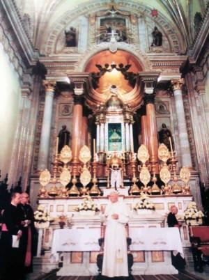 Vista del altar mayor donde está entronizada la Virgen de San Juan de los Lagos. A sus pies, San Juan Pablo II durante su visita a México para la coronación de la imagen.
