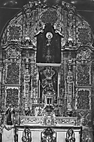 Antigua fotografía del retablo de la Iglesia de San Juan de Dios, se ve la Imagen en el lugar donde otrora se encontraba elpatrónde la Iglesia.(Cortesíade Ángel Rodríguez).