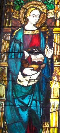 Detalle de la Santa en una vidriera contemporánea en el Ayuntamiento de Barcelona, España.