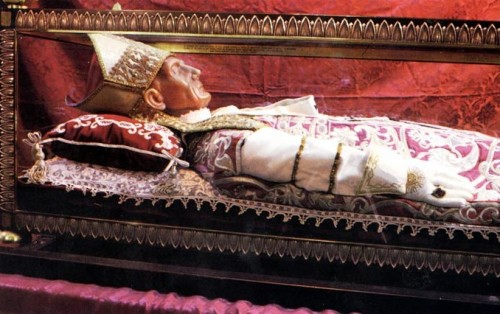 Urna con la figura que guarda las reliquias de San Celestino V, papa, en L'Aquila (Italia).