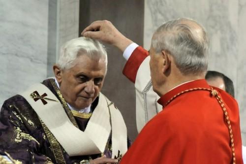 Fotografía de Su Santidad Benedicto XVI, Papa, recibiendo la ceniza.