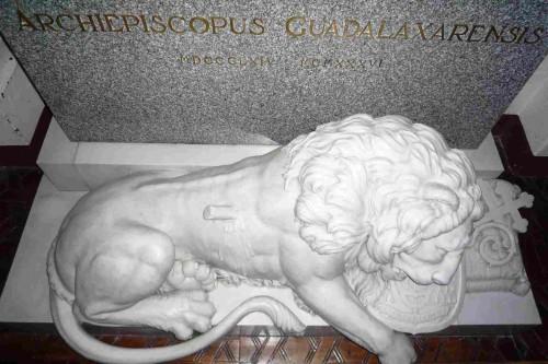 Detalle de la lápida y la escultura del león herido en la tumba del Siervo de Dios.