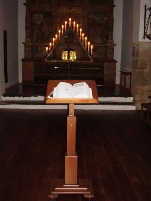 Vista de un tenebrario con las 15 velas encendidas.