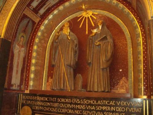 Cripta de Montecassino, en arte de Beurón, donde se encuentran las urnas con las reliquias italianas de San Benito y Santa Escolástica.