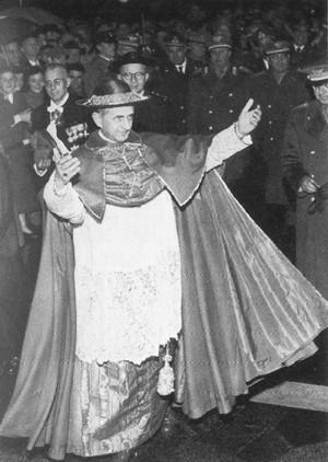 El Venerable, ataviado como cardenal, saludando  al público.