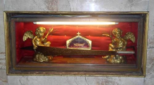"""Vista de la urna con huesos del Beato Carino y el """"falcastro"""" que empleó para asesinar a San Pedro de Verona."""