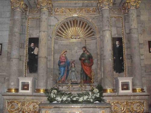 Vista de los sepulcros de los hermanos Beatos Ezequiel y Salvador Huerta, a cada lado de la Sagrada Familia.