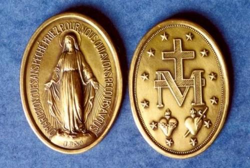 Vista del anverso y reverso de la Medalla acuñada según las visiones de Santa Catalina Labouré.