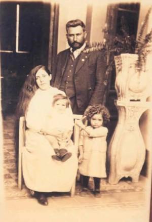 El Beato Miguel Gómez fotografiado con su familia.
