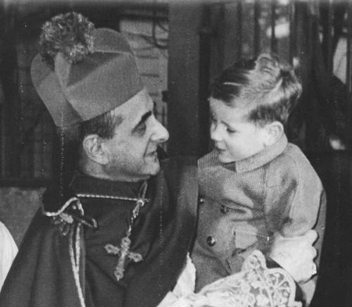 El Venerable, como arzobispo de Milán, abrazando a un niño.