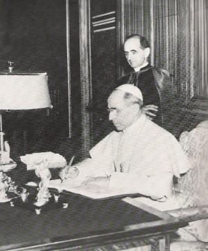 El Venerable Pablo VI atendiendo al Venerable Pío XII durante su pontificado.