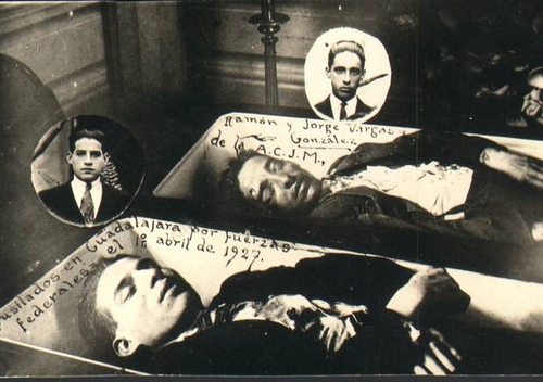 Fotografía de los cadáveres de los hermanos Beatos Jorge y Ramón Vargas durante su sepelio.