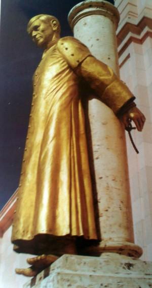 Escultura del Santo atado a la columna donde sufrió martirio. Atrio de la parroquia de San Miguel, en Cocula (México).