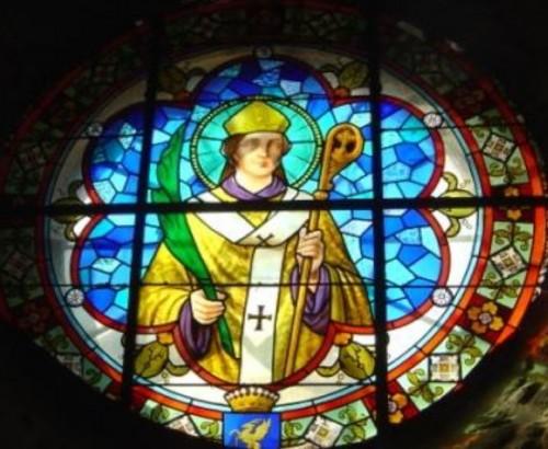 Vitral moderno de San Didier de Vienne con atributos episcopales y martiriales, además se incluye en su iconografía un el palio primitivo.