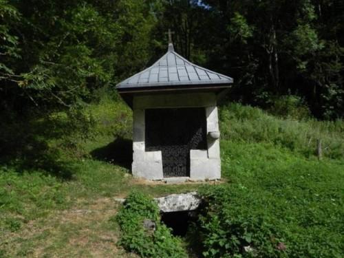 """La ermita de San Rolando conocida como """"Fontaine Benite"""", la fuente bendita, donde según la tradiciónocurrióel milagro de la fuente."""