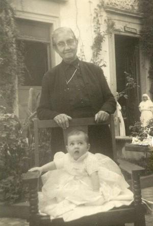 La Santa, ya anciana, fotografiada con una de las criaturas atendidas en el hospital.