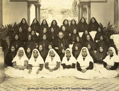 La Santa fotografíada con el arzobispo Orozco y el personal del Sanatorio, el día de la aprobación diocesana.