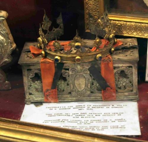 Vista del relicario que contiene las ropas de la Santa, que se bañaron en sangre en 1510.