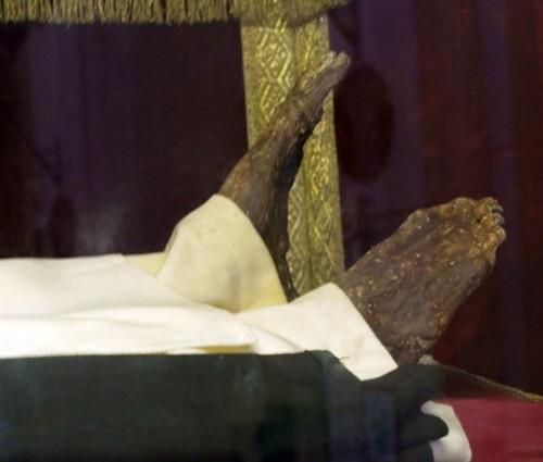 Detalle de los pies incorruptos de la Santa, que se alzaron cuando Santa Catalina de Siena se agachó a besarlos.
