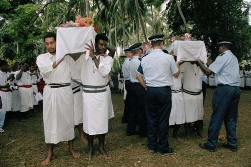 Fotografía del entierro de los mártires anglicanos de Melanesia.